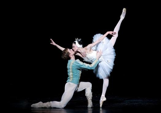 Vilia Putius as Odile, Alexander Akulov as Prince Siegried, photo by Gene Schiavone_DSC5825